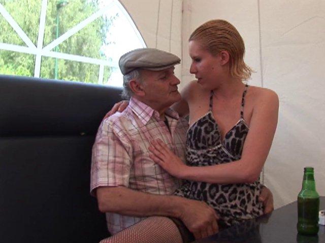 sexe avec  une vieux de l'age de grand papa