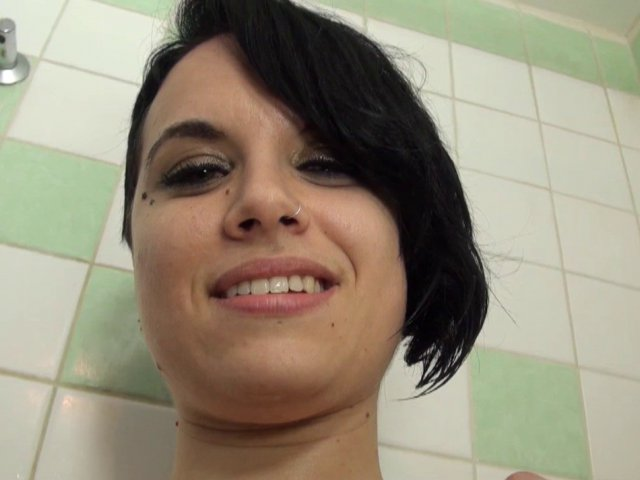 belle cochonne baisée sous sa douche!
