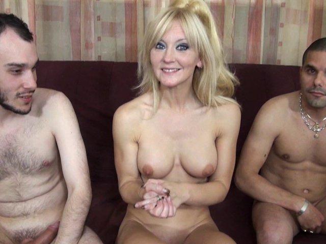 blonde de 40 ans heureuse de baiser avec deux jeunes