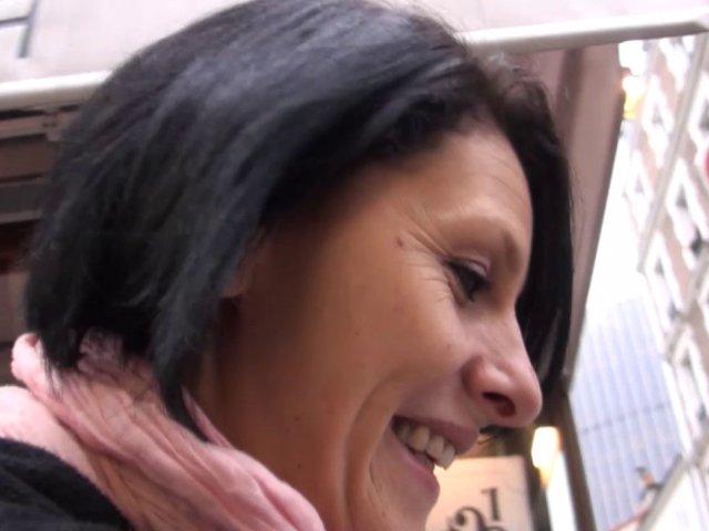 femme infidèle baise avec son amant avant de rentrer à la maison