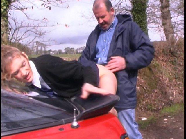 petite cochonne d'etudiante enculée contre la voiture